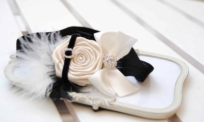 *Exclusieve haarband Retro Chic Headband with Pearl White Rose Posh Black